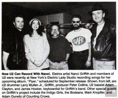 Larry Mullen Jr y Adam Clayton con Nanci Griffith