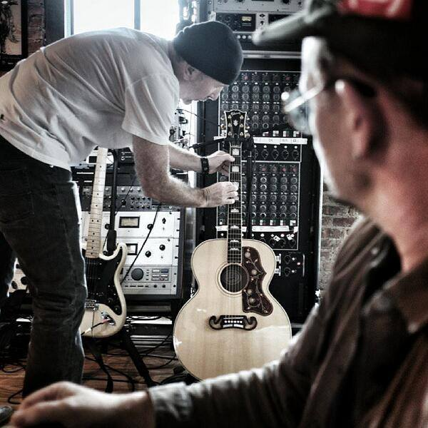 Bono y The Edge en el estudio