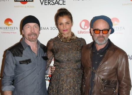 The Edge junto a Helena Christensen y Michael Stipe