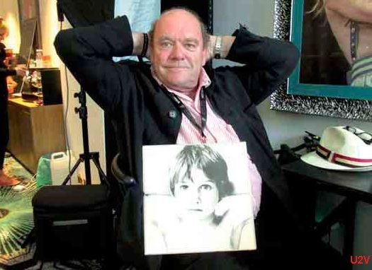 Paul McGuinness con la portada de BOY